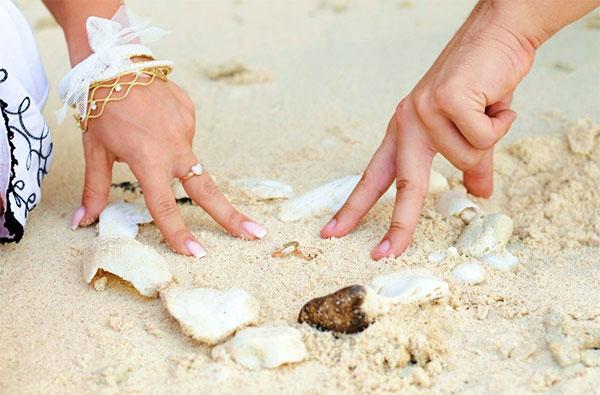 Жених и невеста на пляже